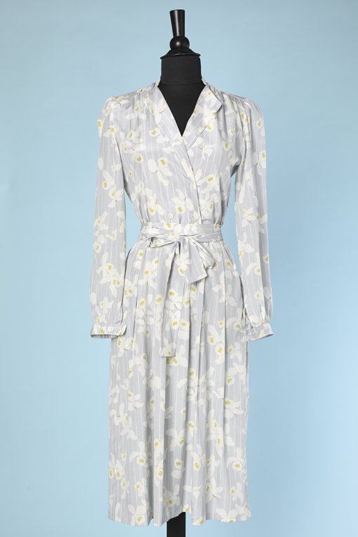 n9710_Robe_1980_soie_grise_rayures_fleurs_blanches_jaunes_ted_lapidus_t_38_001