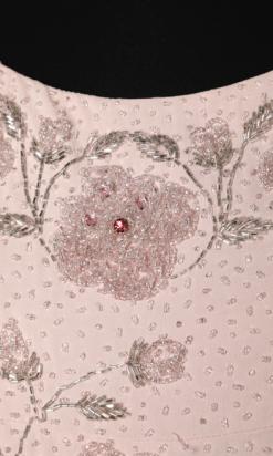 nA5346-Robe-longue-1960-du-soir-en-soie-rose-brodée-de-perles-argentées-et-strass-roses-Margarets-t40-01