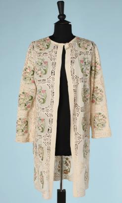 nA5358-Manteau-1920-en-crêpe-ivoire-brodé-de-carré-de-fleurs-et-entredeux-de-dentelle-t40-01
