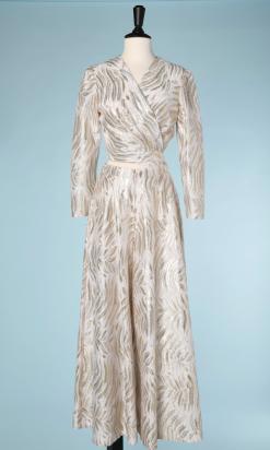 nA5125-Tailleur-pantalon-du-soir-1970-en-satin-blanc-jacquard-or-et-argent-t36-01
