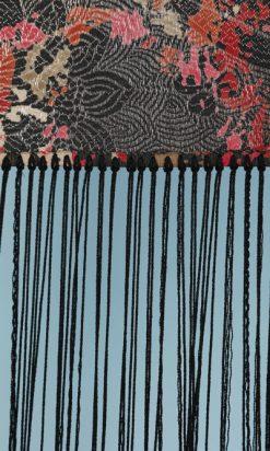 na6089-Châle-1930-lyonnais-en-soie-noire-jacquard-lamé-argent-et-fleurs-en-couleurs-franges-01.jpg