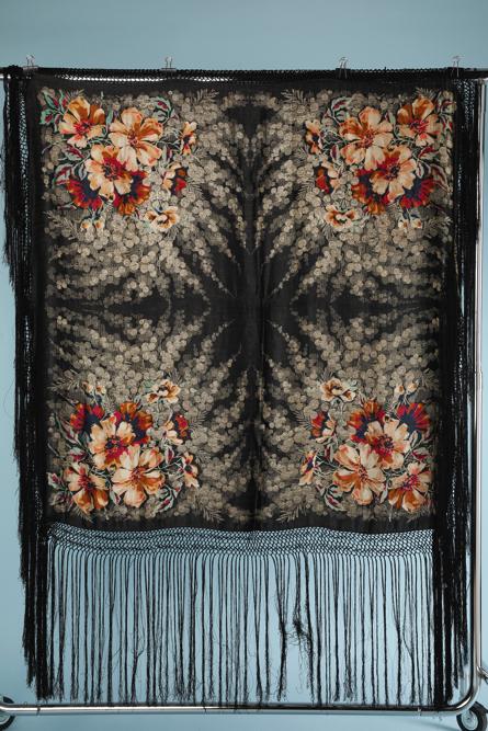 na6091-Châle-lyonnais-en-satin-noir-imprimé-fleurs-01