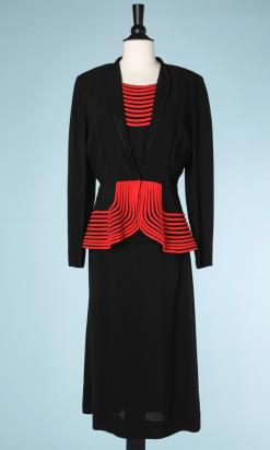 nA5247-Tailleur-Robe-et-Veste-1940-en-crêpe-noir-et-liserés-rouge-t38-01