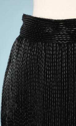 nA5318-Jupe-longue-en-satin-noir-entièrement-cousue-de-perles-tubulaires-noires-Gianni-Versace-t36-01