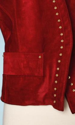 nA6104-Veste-en-daim-rouge-clouté-or-et-boutons-or-YSL-t36-01