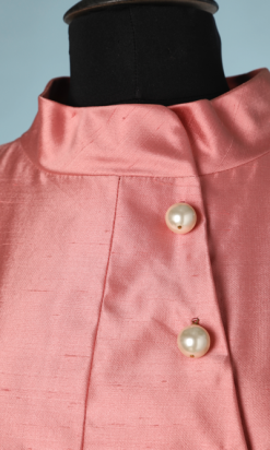 nA6128-Robe-Manteau-en-soie-rose-boutons-boules-nacrés-Chanel-N°78586-T36