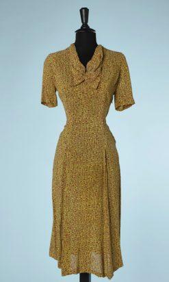 na5880-Robe-1940-en-crêpe-jaune-imprimé-de-sabliers-marron-et-kaki-t38-01
