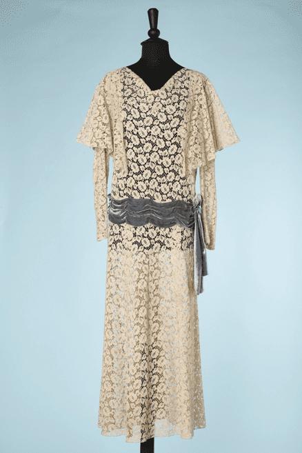 na6574-Robe-1920-en-dentelle-ivoire-ceinture-en-velours-bleu-t40-01