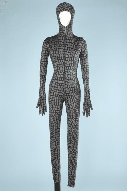 na6821-Combinaison-pantalon-à-capuche-et-gants-en-jersey-imprimé-croco-gris-Chantal-Thomas-t34-01