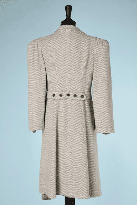 na6716-Manteau-1930-40-en-lainnage-à-chevrons-gris-et-blanc-triple-boutonnage-t38-40-01
